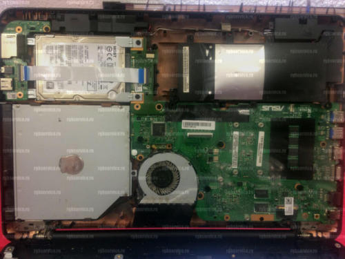 Разобранный ноутбук, вздутая аккумуляторная батарея, пыль на системе охлаждения