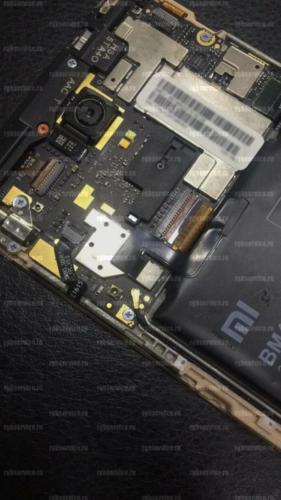 Телефон Xiaomi Redmi Note 3 в разобранном состоянии